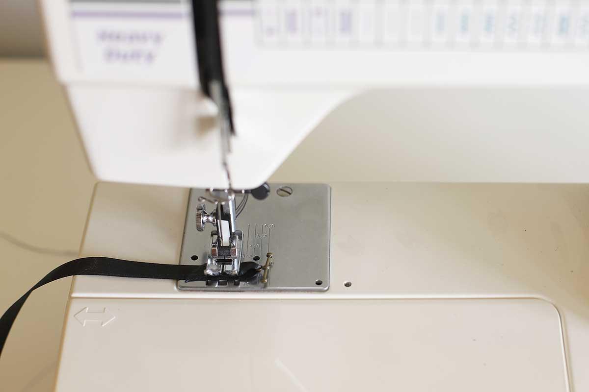 Extremidades de costura da fita para o colar da chave mestra.