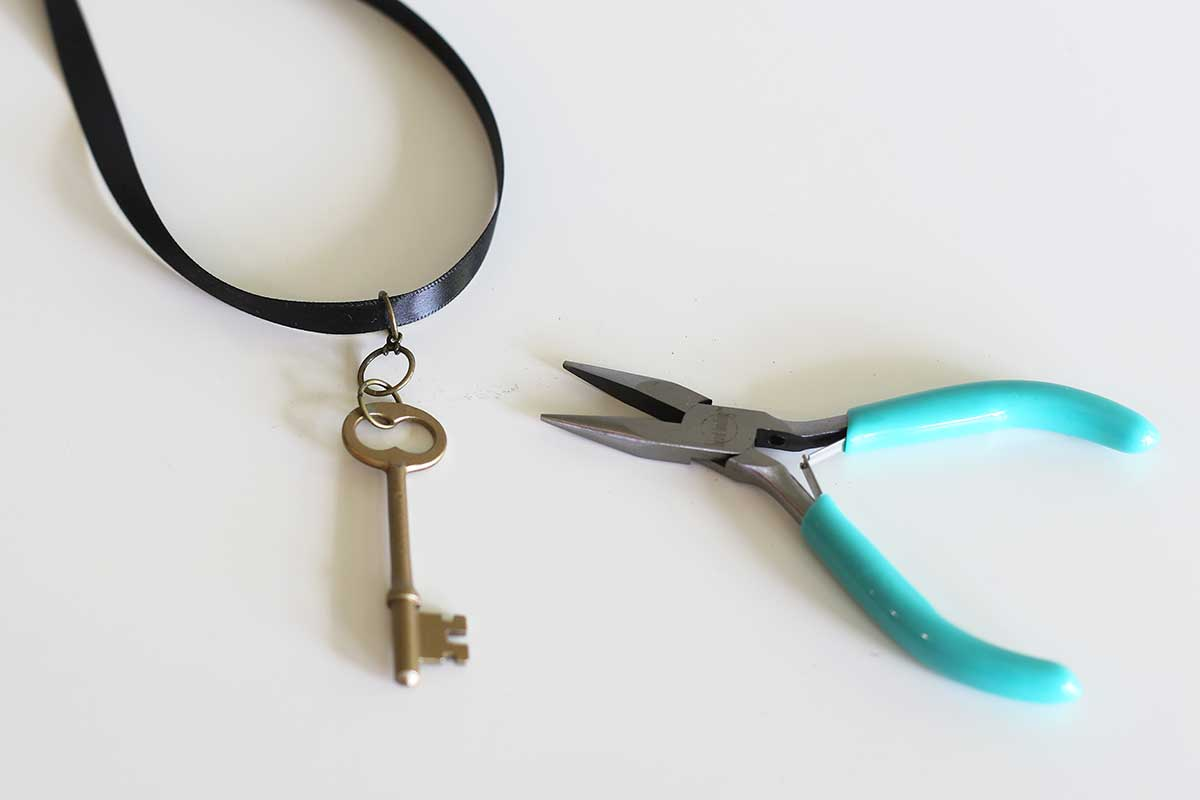 Colocando a chave mestra no colar usando um anel de salto.
