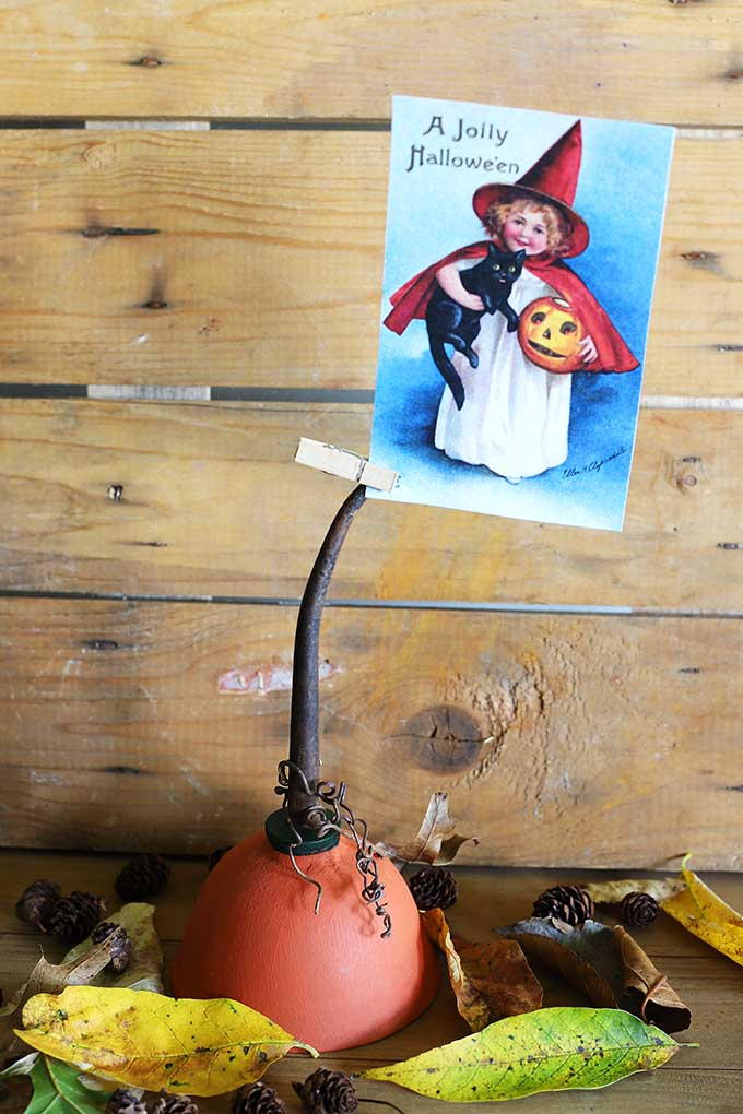A repurposed oil can makes for a fun pumpkin photo holder for fall. A QUICK and EASY fall DIY project with vintage Halloween printable image included.