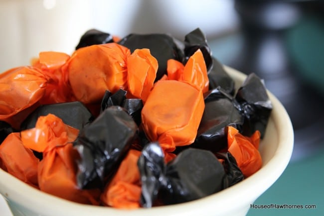 Black and orange in your Halloween decor - traditional, yet not too scary! via houseofhawthornes.com