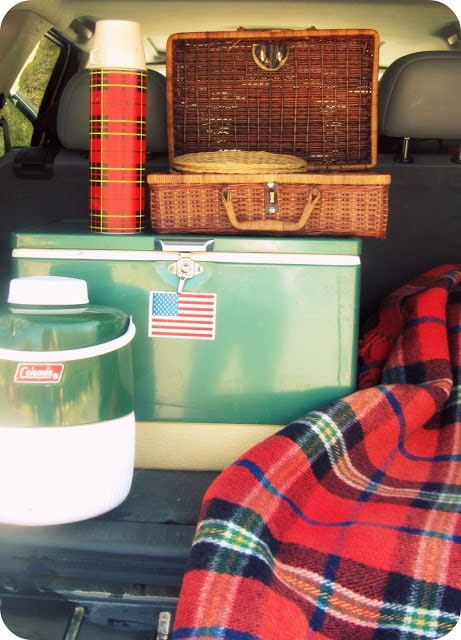 Vintage camping, summer camp and sports are a HOT decorating trend right now! Here are 10 great vintage style camp ideas to
