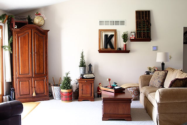 A holiday house tour with lots of Christmas decorating ideas, including many vintage Christmas decorations and easy DIY projects. via houseofhawthornes.com