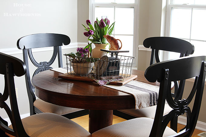 Mismatched kitchen table in the farmhouse decorating style
