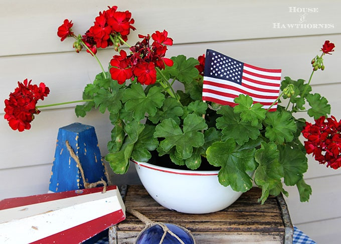 Quick and easy 4th Of July decorations using simple items you can find at the grocery store. Great patriotic DIY home decor and party ideas for the Fourth.