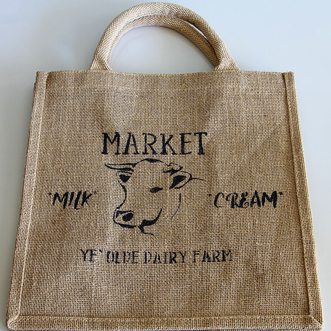 This adorable farmhouse market bag is perfect for trips to the grocery store. A 10 minute DIY home decor stenciling project with detailed instructions.