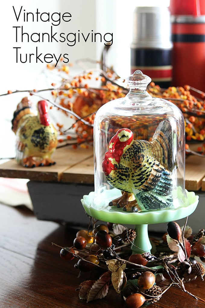 Decorating with vintage Thanksgiving turkey decor using retro tableware from the 50's and 60's for your holiday dinners. #thanksgivingdecor #falldecor #falldecorating