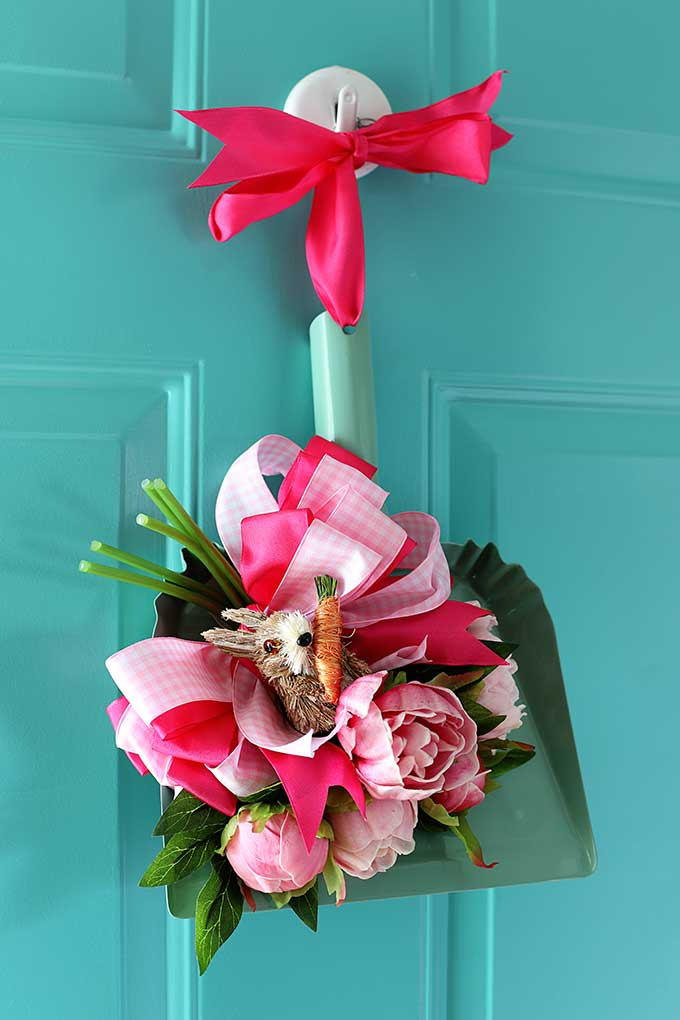Repurposed spring door wreath using a dustpan!