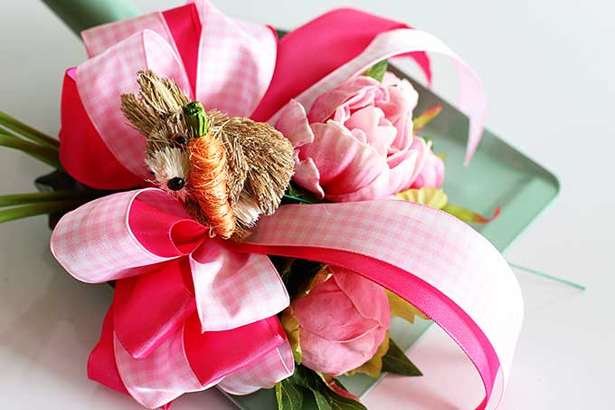 Spring wreath using repurposed dustpan