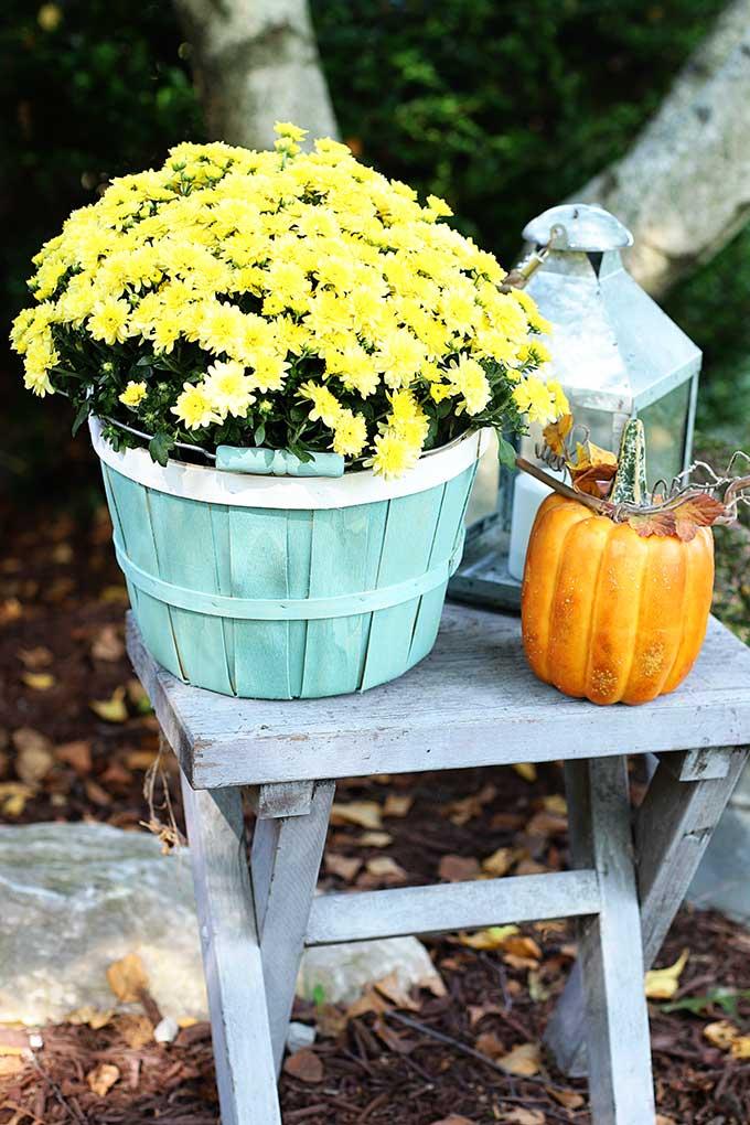 Bushel basket makeover project for fall porch decor.