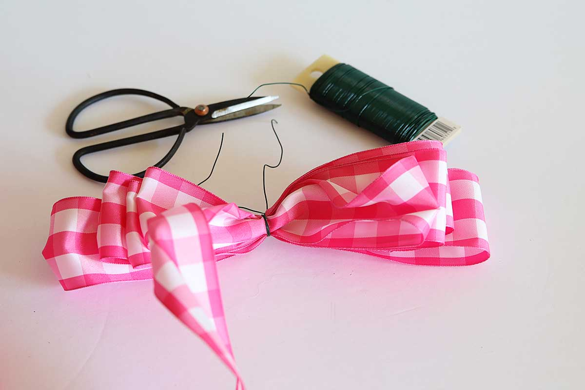 making bow from ribbon