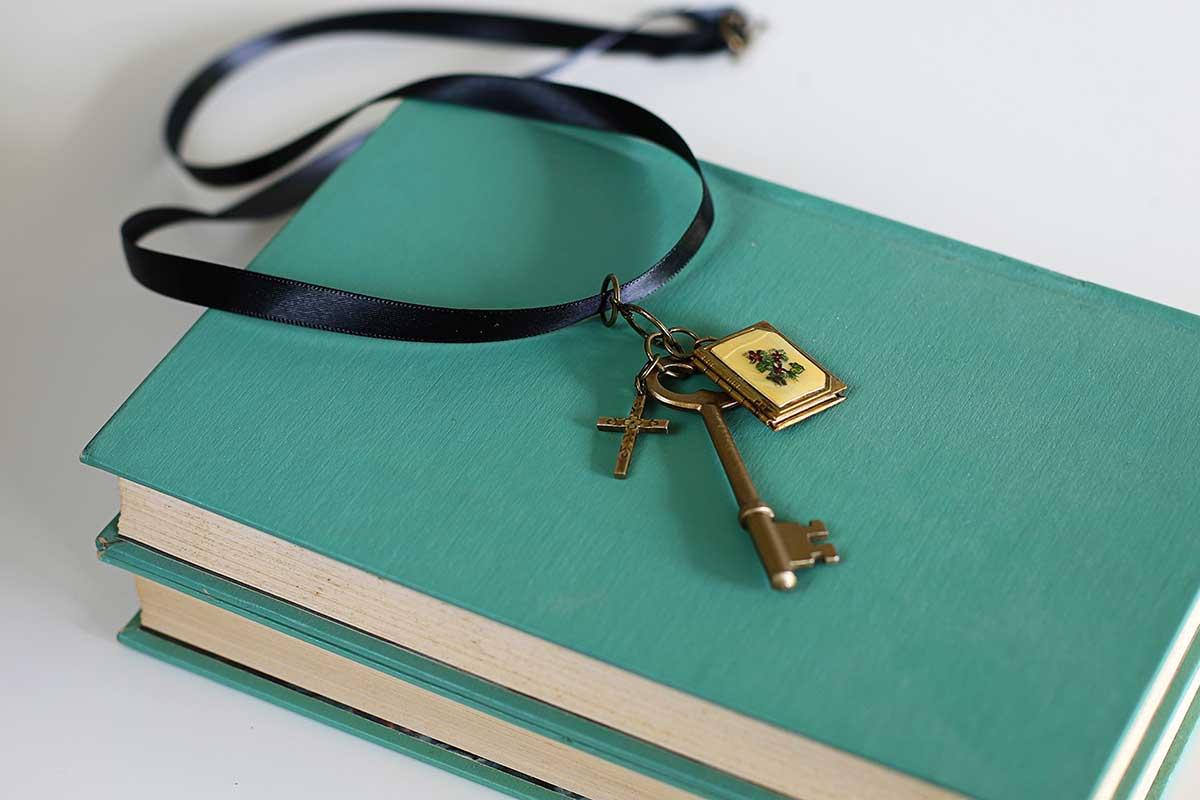 Colar de chave de esqueleto em cima de livros aquáticos.