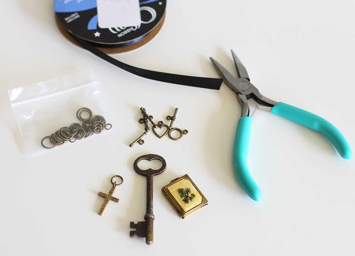 Itens usados na fabricação de joias - chave mestra, camadas de ponta fina, fitas, anéis de salto e fechos de alternância.