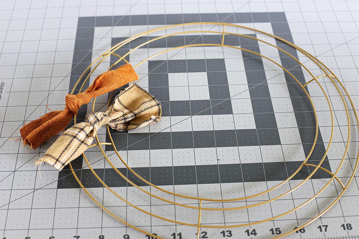 Colocación de una segunda fila de tela en el marco de la corona de trapo.