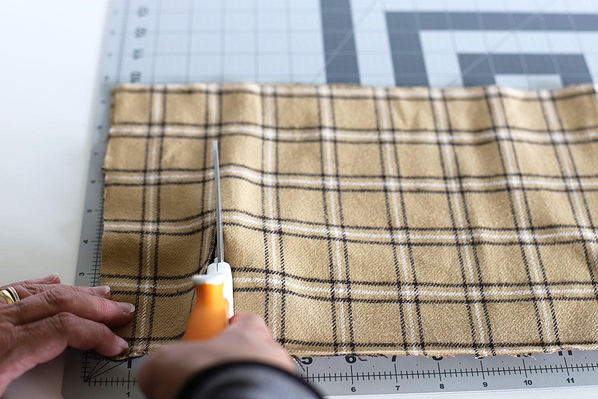 Cortar tela de franela marrón para una corona de trapo.