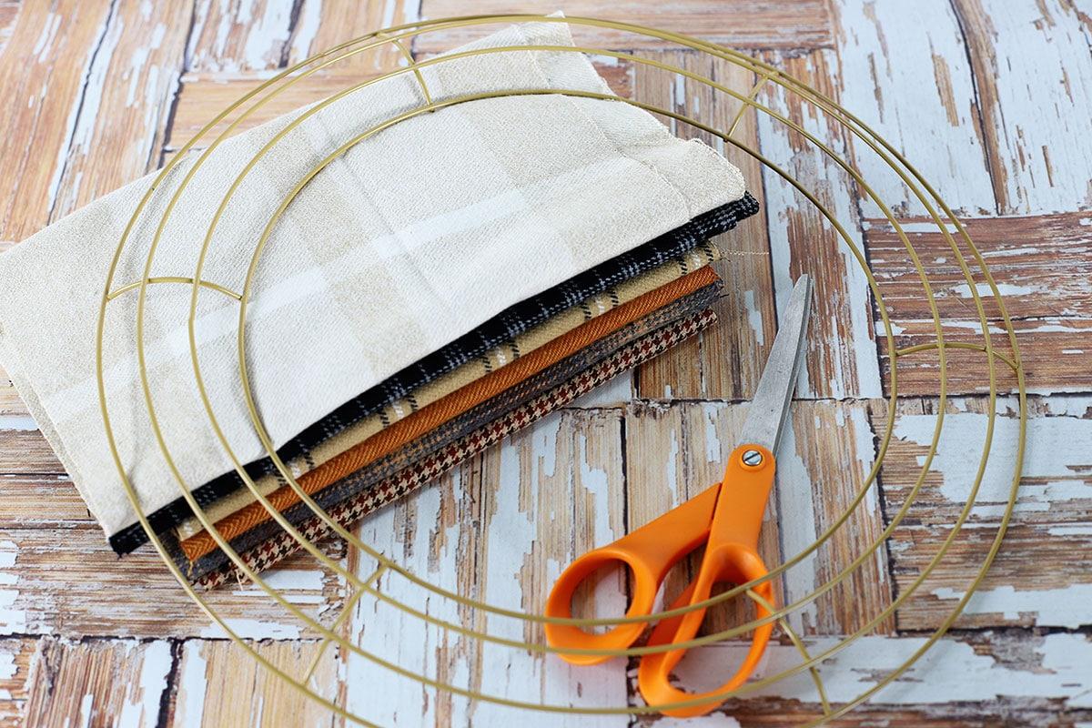 Suministros para hacer una corona de trapo que incluye 6 patrones de tela de franela, forma de corona y tijeras.