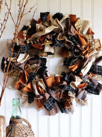 Tutorial for making a rag wreath from fabric scraps.