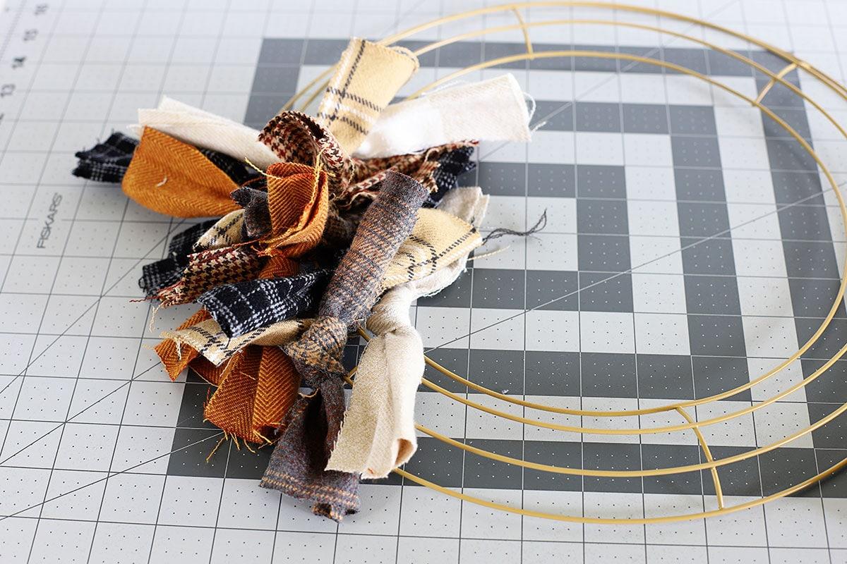 Ate la tela a la forma de corona para hacer una corona de tela de desecho.